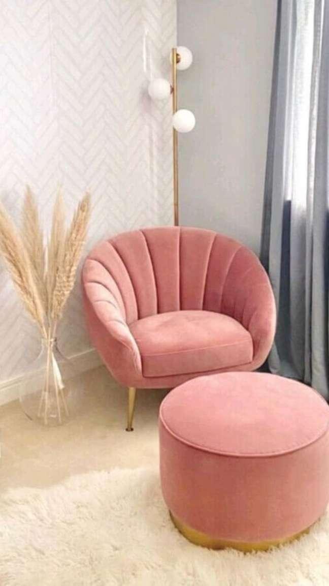 18. Decoração com papel de parede delicado e poltrona rosa chá com puff – Foto: Pinterest
