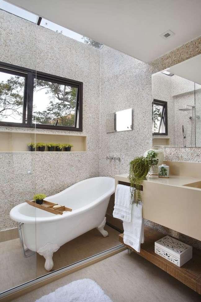 2. Decoração com banheira de pé branca – Foto Casa Claudia