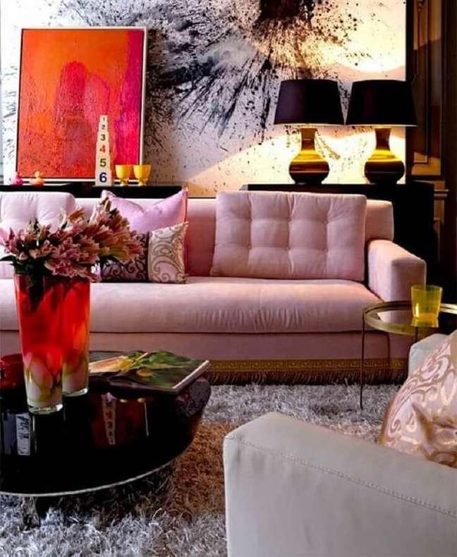 58. Sala moderna decorada com sofá rosa chá e abajur preto – Foto: Pinterest