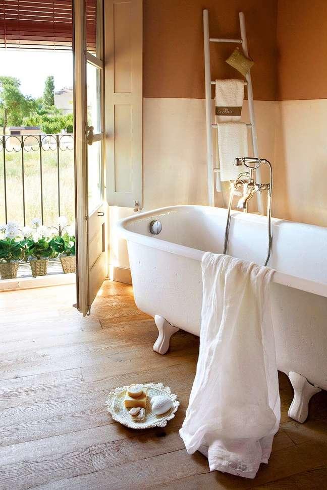 1. Banheira de pé branca para casa clássica – Foto Pinterest