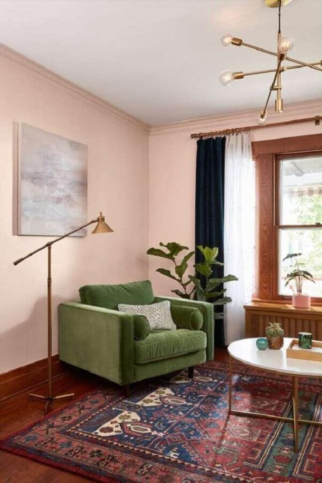 43. Parede rosa chá para decoração de sala com poltrona verde musgo – Foto: Histórias de Casa