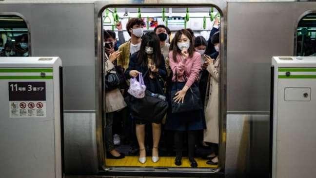 Por trás da paciência resignada nos vagões lotados no metrô de Tóquio há um conceito que há décadas move a sociedade japonesa