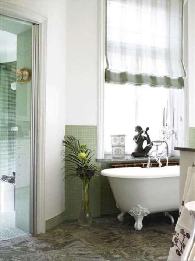 36. Banheiro verde com banheira de pé branca – Foto Skpnahem