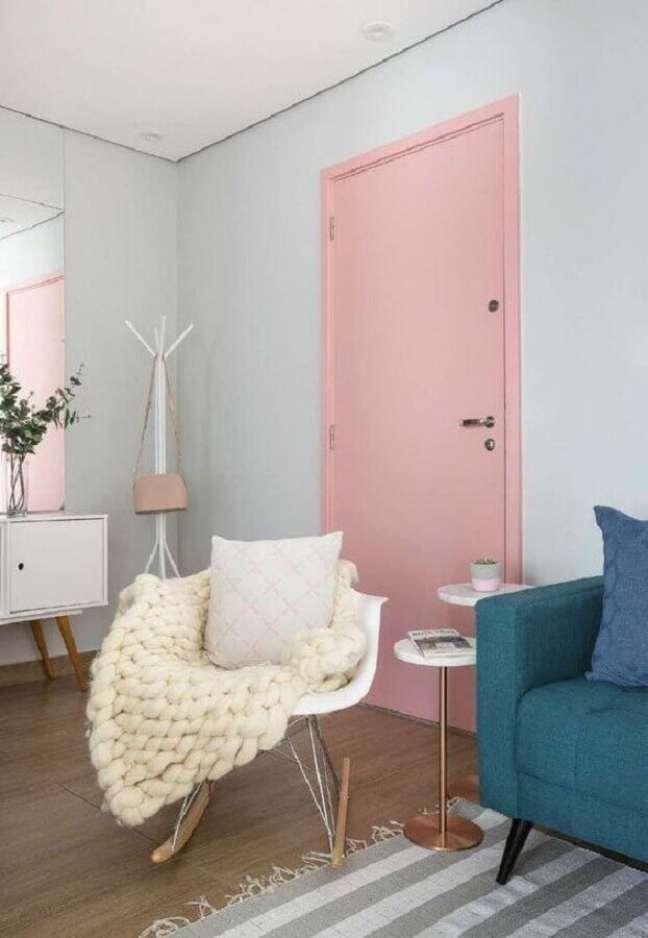 20. Decoração de casa com porta cor de rosa chá – Foto: Criar Interiores