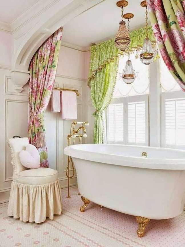 41. Banheira colonial com banheira de pé dourado – Foto Decore com Gigi