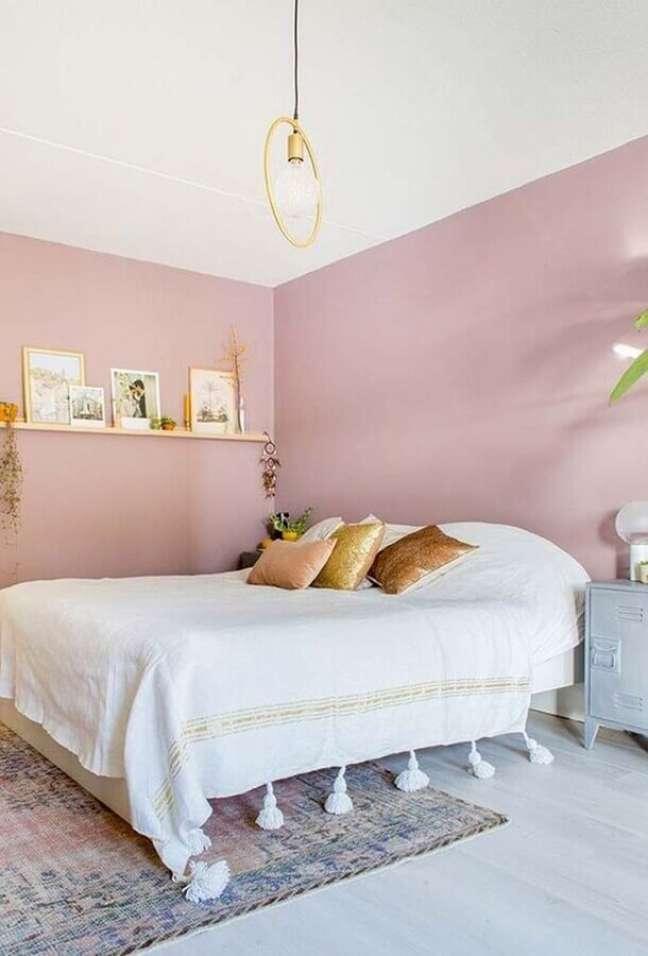 35. Decoração simples para quarto de casal com parede rosa chá – Foto: Pinterest