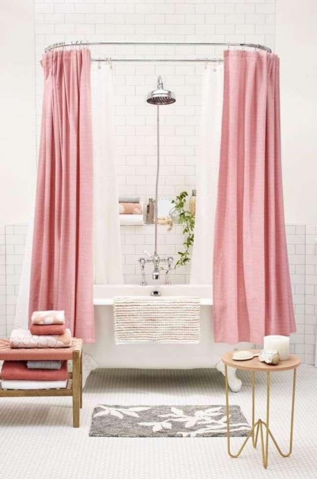 33. Banheiro branco com banheira de pé e cortina rosa – Foto Casa Abril