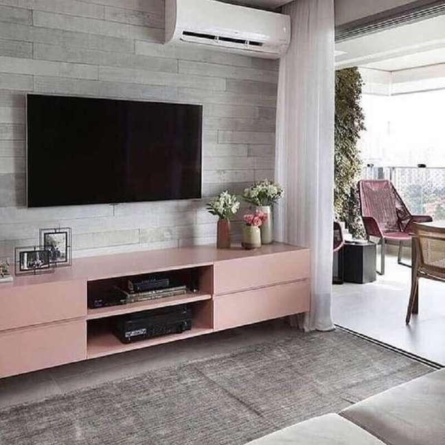 57. Sala de TV decorada com rack cor rosa chá – Foto: Pinterest