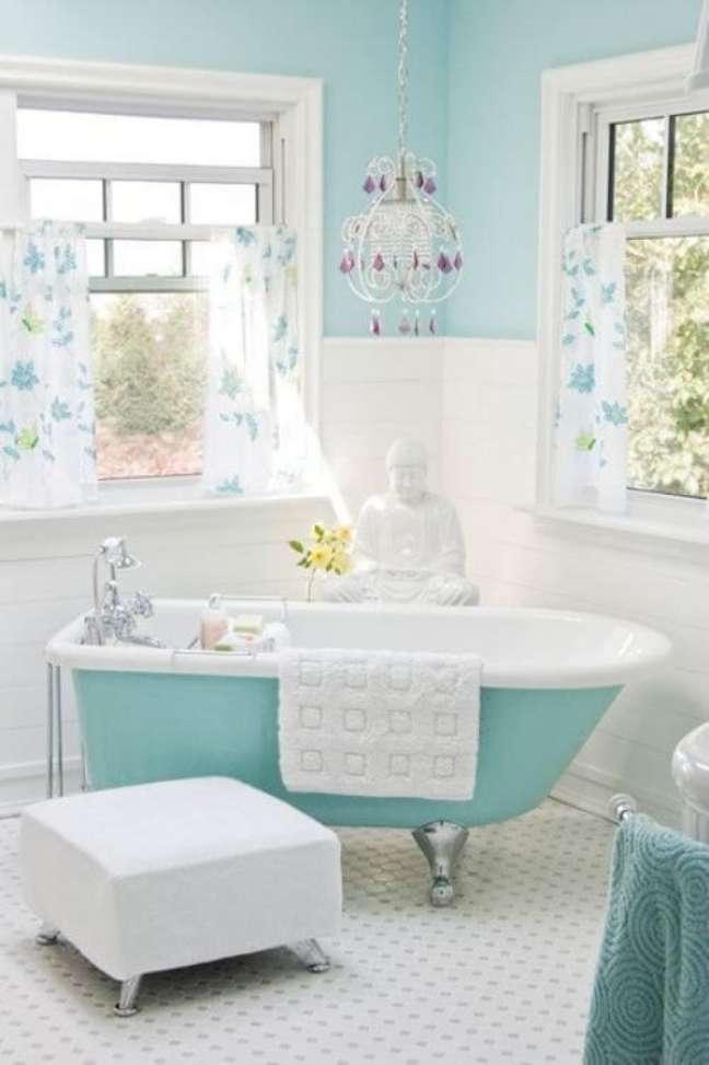 17. Banheira de pé na cor turquesa para banheiro moderno – Foto Mobly