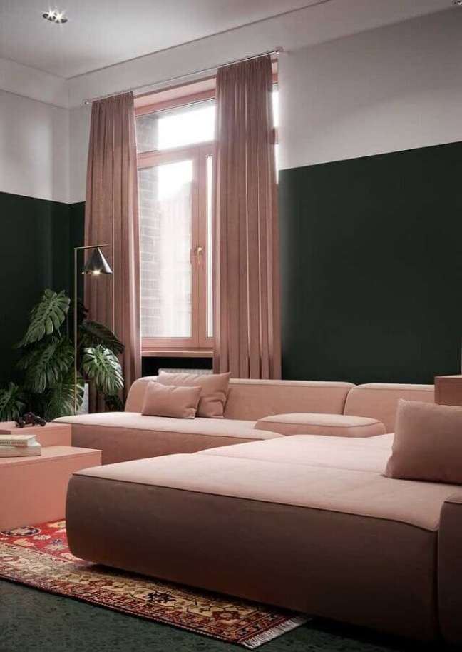 59. Sofá rosa chá modular para decoração de sala com parede verde escura – Foto: Architecture Art Designs