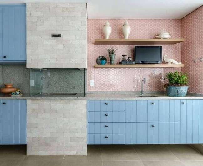 3. Revestimento cor de rosa chá para varanda gourmet decorada com armário azul e churrasqueira de vidro – Foto: Andrea Murao