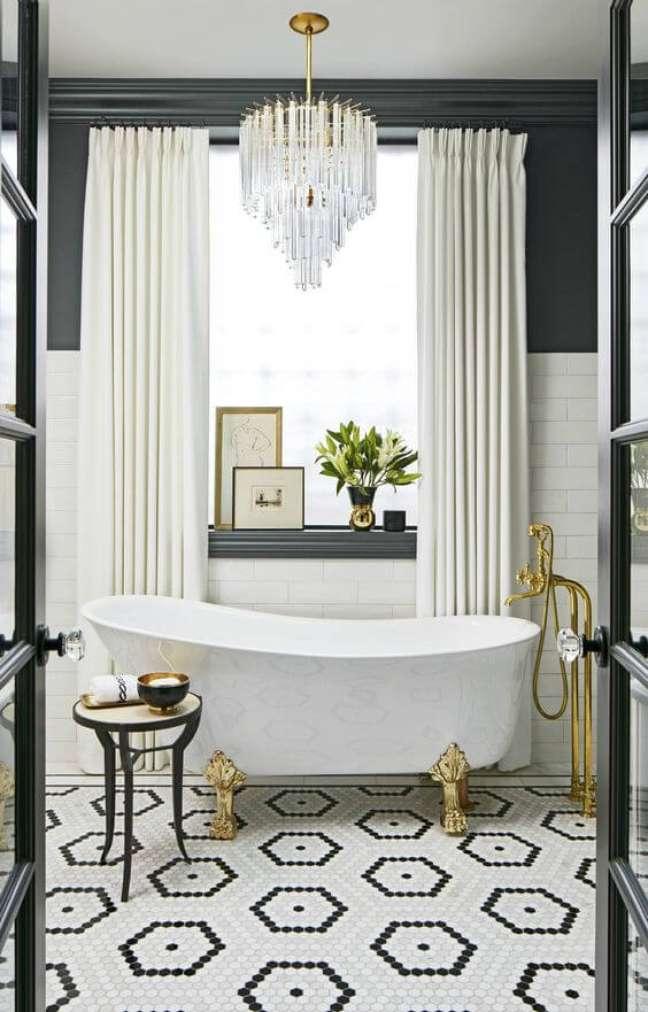 7. Banheira de pé dourado no banheiro chique – Foto Tralhão Design Center