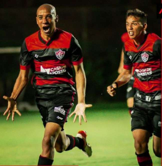Pablo Siles marcou o único gol do confronto (Foto: Divulgação/Pietro Carpi/Vitória)