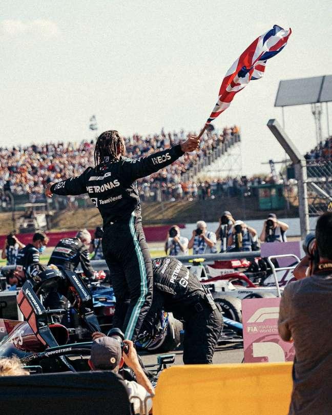 Lewis Hamilton não se conteve ao comemorar a oitava vitória em Silverstone, a 99ª da carreira