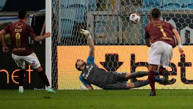 Goleiro do Grêmio não conseguiu evitar a derrota do time na Sul-Americana (Foto: AFP)