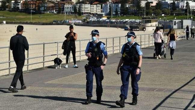 Policiais patrulham lockdown em Sydney; pessoas só podem sair de casa para praticar exercícios ou para atividades essenciais