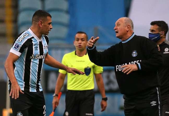Diego Souza, autor do gol gremista, é orientado por Felipão no jogo desta terça-feira; no fim, os dois amargaram eliminação em casa