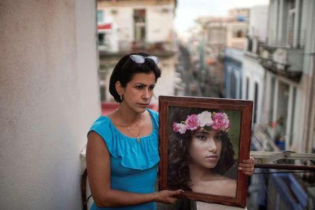 Heissy Celaya posa com retrato da filha Amanda Celaya, que foi detida durante protestos em Havana 20/07/2021 REUTERS/Alexandre Meneghini