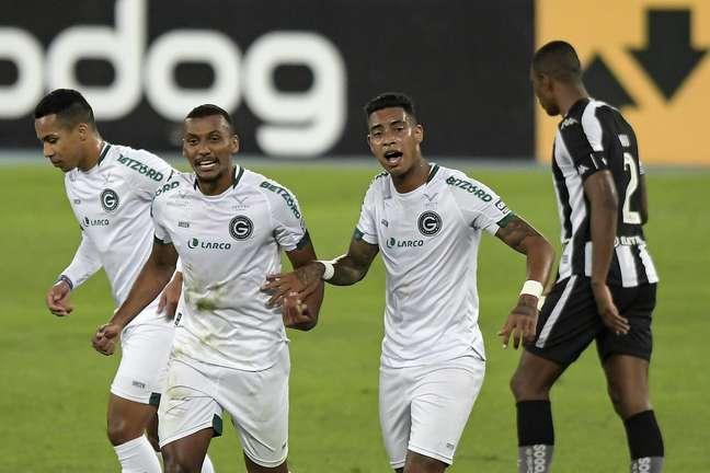 Rezende e Alef Manga, que balançaram as redes contra o Botafogo, comemoram um dos gols do Goiás na vitória desta terça-feira