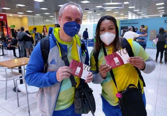Jaqueline Ferreira durante embarque para Tóquio ao lado do seu técnico, Dragos Stanica