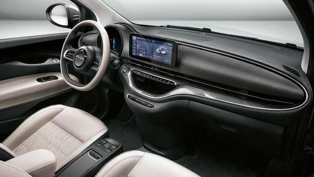 Fiat 500 elétrico traz central multimídia UConnect de 5ª geração com tela de 10,25''.