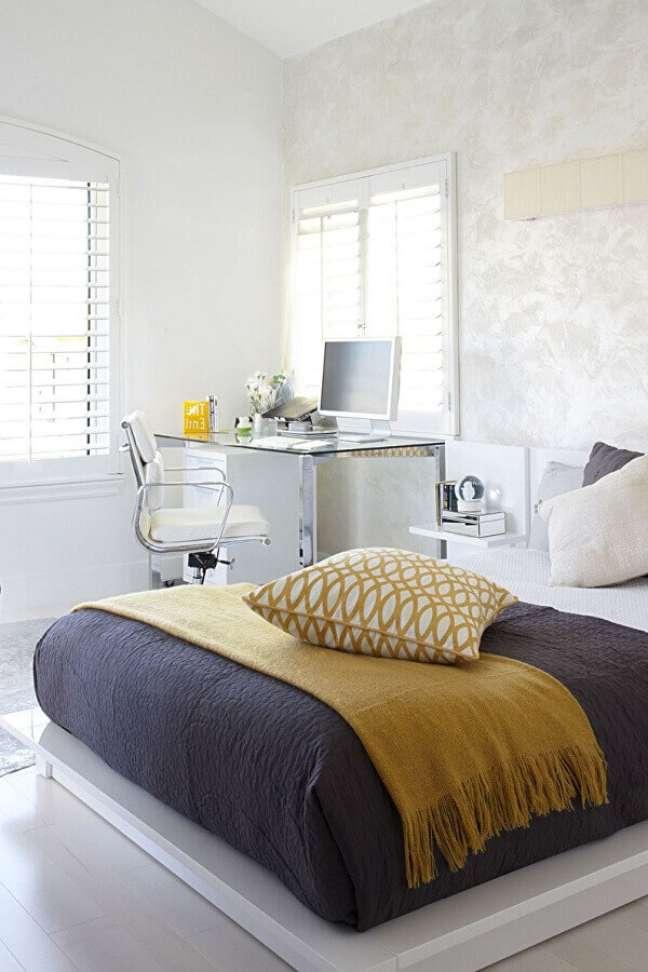 27. Decoração minimalista para quarto com escritório om escrivaninha de vidro e alumínio – Foto: Houzz