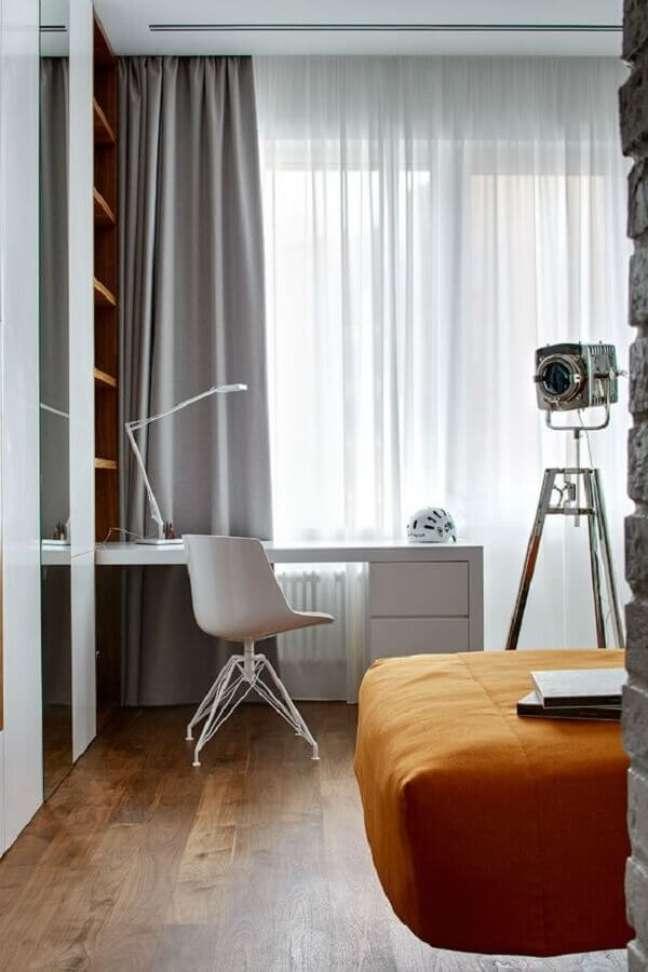 25. Decoração de quarto planejado com escritório pequeno de canto – Foto: Decoholic