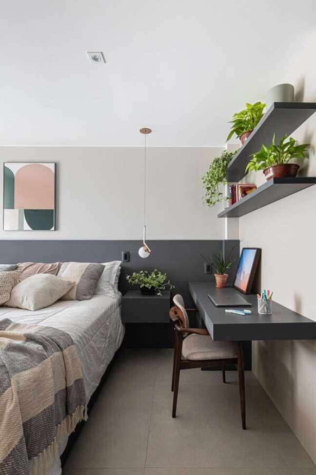 7. Quarto de casal cinza e branco decorado com bancada suspensa para escritório – Foto: Histórias de Casa