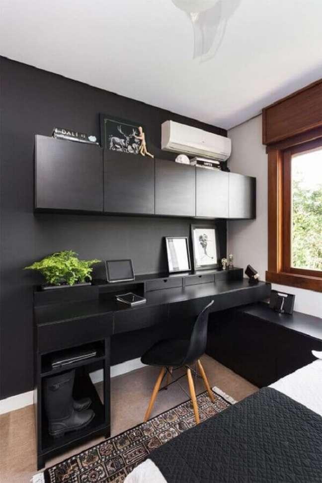36. Decoração simples para quarto preto com escritório – Foto: Pinterest