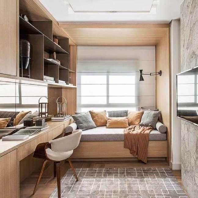12. Bancada de madeira para decoração de quarto solteiro com escritório planejado – Foto: Pinterest