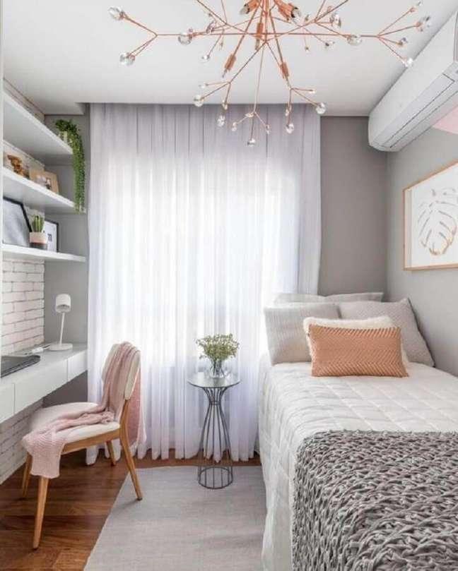 57. Quarto solteiro com escritório decorado em tons de cinza e rosa – Foto: Pinterest