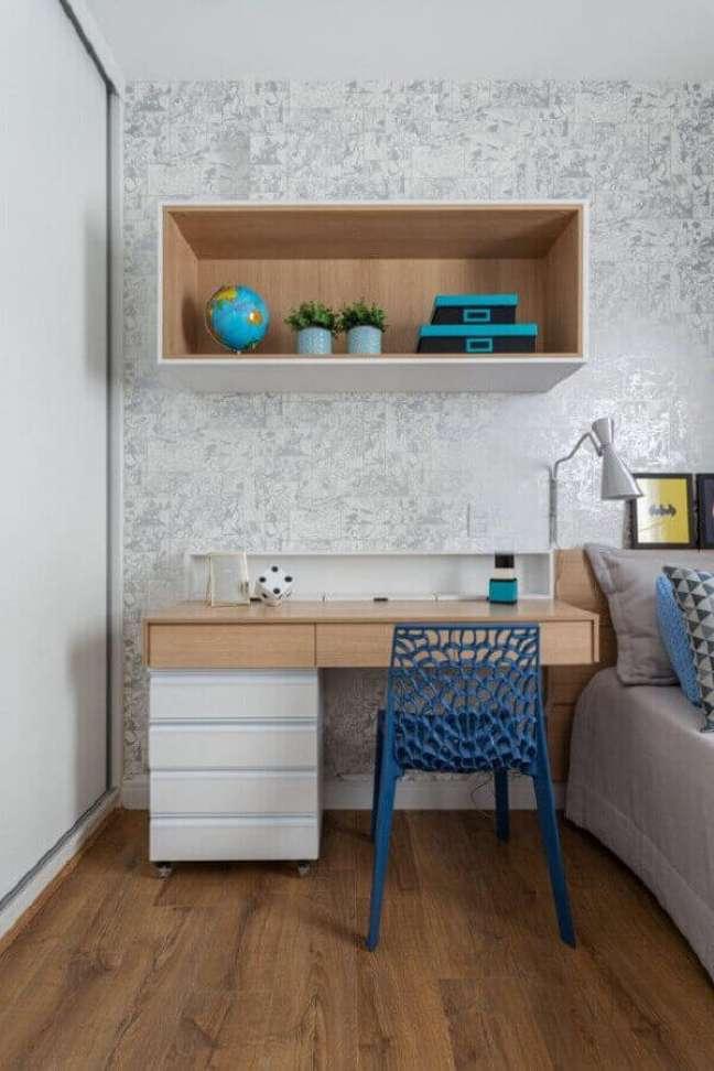 53. Quarto com escritório decorado com papel de parede cinza delicado e escrivaninha com gaveteiro – Foto: Rúbia M. Vieira Interiores