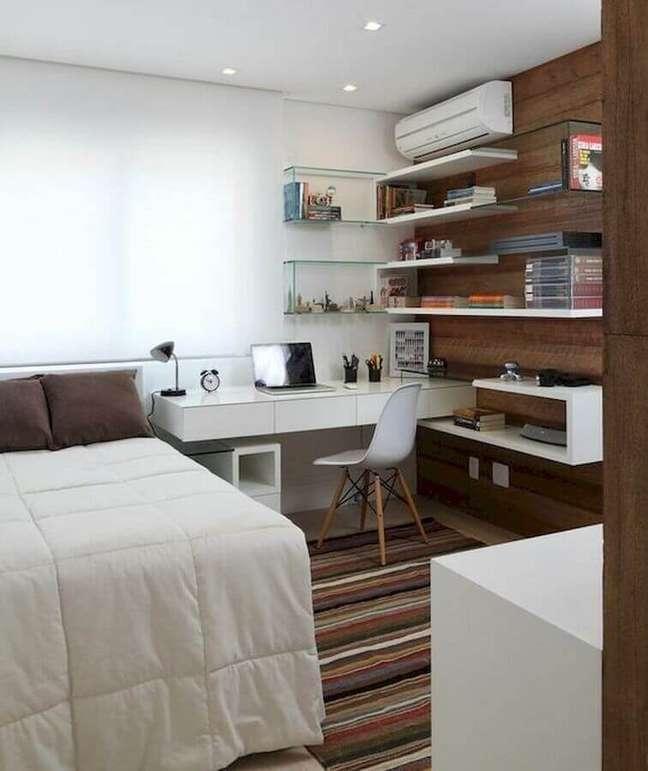 59. Tapete listrado para decoração de quarto com escritório pequeno – Foto: Casa de Valentina