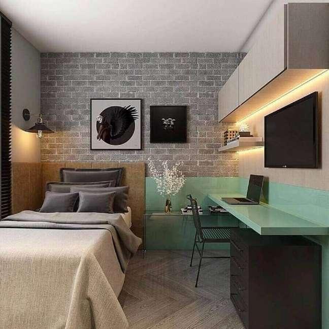 30. Decoração moderna para quarto solteiro com escritório planejado com bancada verde – Foto: Houzz