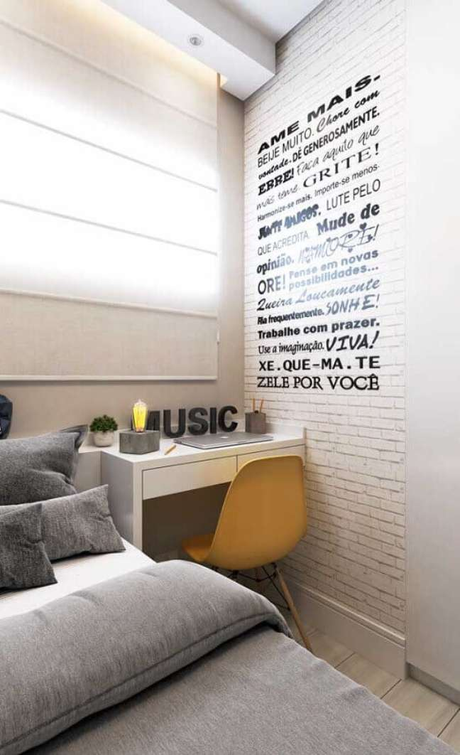 3. Decoração em cores claras para quarto pequeno com escritório – Foto: Pinterest