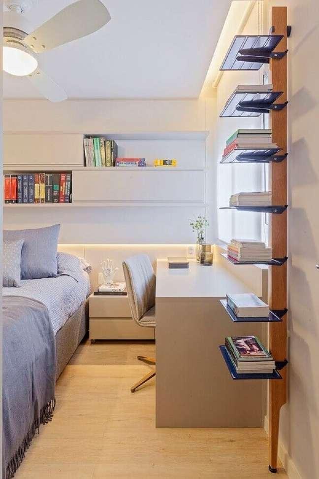 4. Decoração em cores claras com armário aéreo para quarto de casal com escritório – Foto: Casa de Valentina