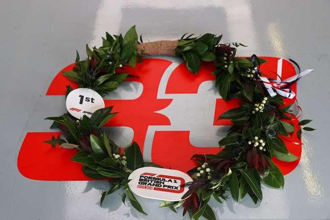 Coroa de louros para o pole-position Max Verstappen, que venceu a primeira corrida de classificação da história da Fórmula 1