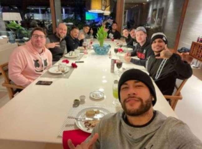 """Neymar e os seus """"parças"""" durante refeição realizada na mansão do craque"""