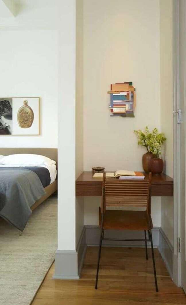 24. Decoração de quarto de casal com escritório pequeno – Foto: Behance