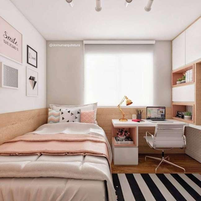 60. Tapete listrado para decoração de quarto planejado com escritório feminino – Foto: Domum Arquitetura