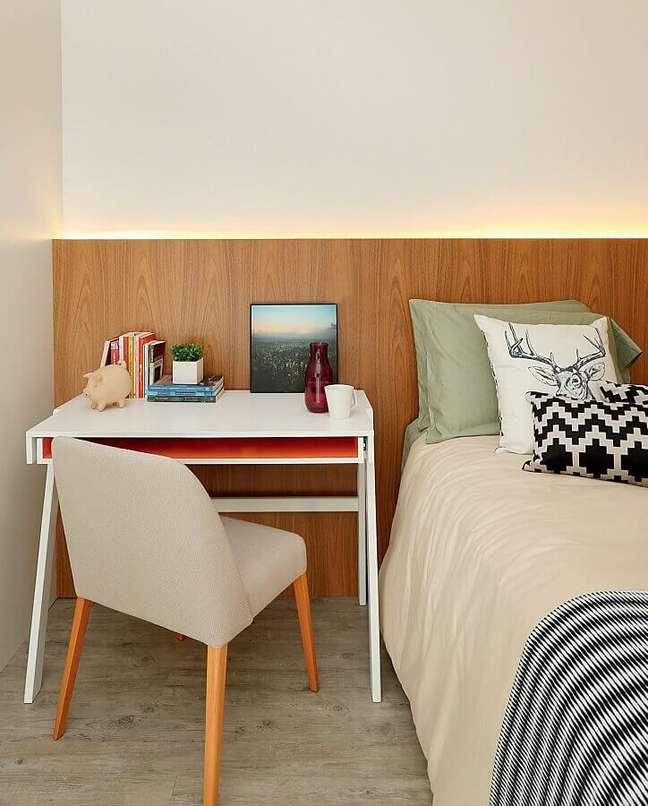 44. Escrivaninha pequena para quarto de casal com escritório decorado com cabeceira de madeira – Foto: Histórias de Casa