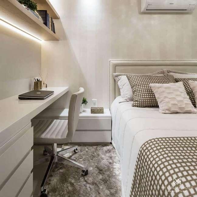 26. Decoração em cores neutras com tapete felpudo para quarto de casal com escritório – Foto: Dicas de Mulher