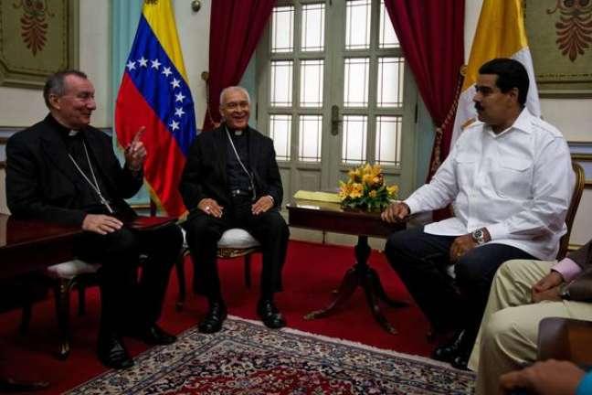 Pietro Parolin (esquerda) é recebido por Nicolás Maduro em Caracas, em junho de 2013