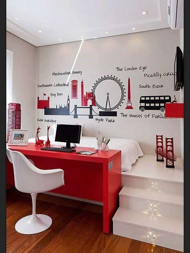 46. Escrivaninha vermelha para decoração de quarto branco com escritório – Foto: Pintererst
