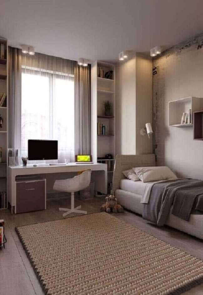 38. Escrivaninha branca para quarto solteiro com escritório decorado em cores neutras – Foto: Jeito de Casa