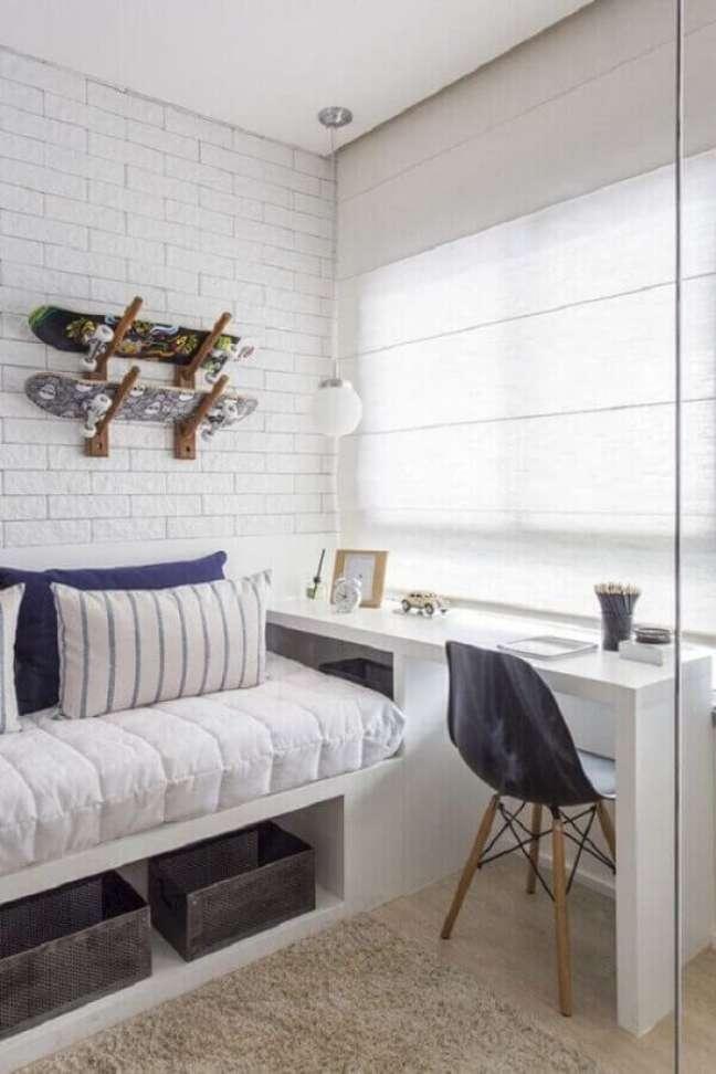 22. Decoração com parede tijolinho branco para quarto solteiro com escritório – Foto: Pinterest