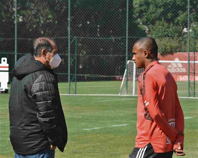 Marquinhos conversou com Muricy Ramalho, coordenador do clube (Foto: Erico Leonan/São Paulo FC)
