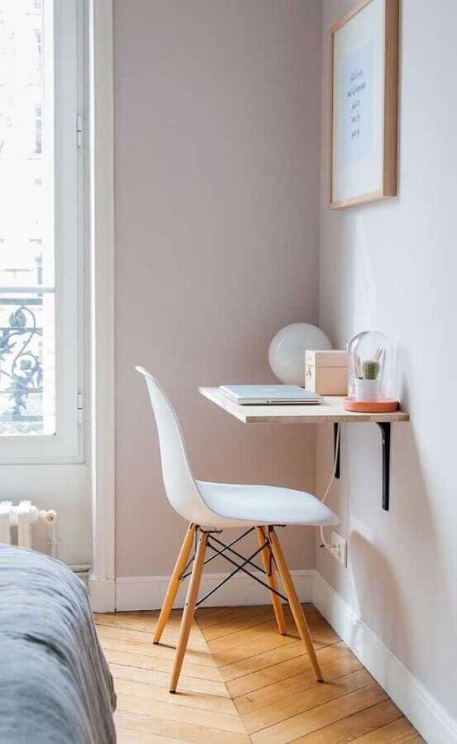 31. Decoração simples de quarto solteiro com escritório – Foto: Fashion Bubbles