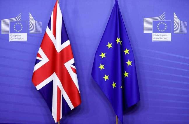 Bandeiras do Reino Unido e da União Europeia em Bruxelas, Bélgica 09/12/2020 Olivier Hoslet/Pool via REUTERS