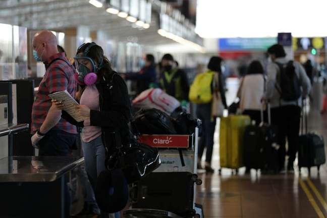 Mulher no aeroporto internacional de Santiago, no Chile 23/11/2020 REUTERS/Ivan Alvarado